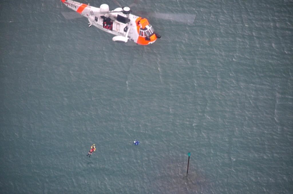 Her henter et Sea King opp en øvelsesdukke fra sjøen, mens et fly fra Bardufoss flytjenestekorps markerer dets posisjon.